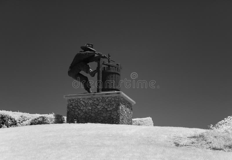 Statua Gronowy gniotownik, czarny i biały fotografia stock