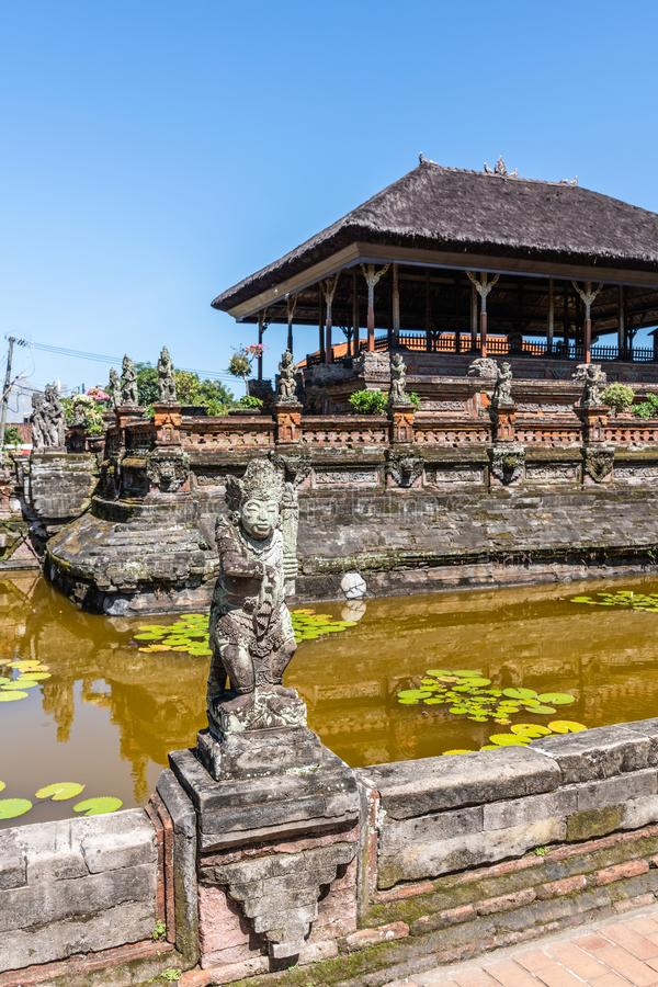 Statua i Sp?awowy pawilon przy Royal Palace, Klungkung Bali Indonezja fotografia royalty free