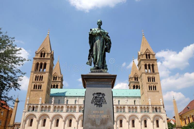 Statua Ignasz Szepessy przed St Peter i St Paul bazyliką w Pecs Węgry fotografia stock