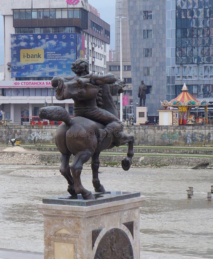 Statua Karpos przed muzeum archeologia w Skopje zdjęcia royalty free