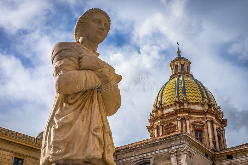 Statua kobieta w Palermo Sicily Historycznych budynków architektury Starej katedrze fotografia stock