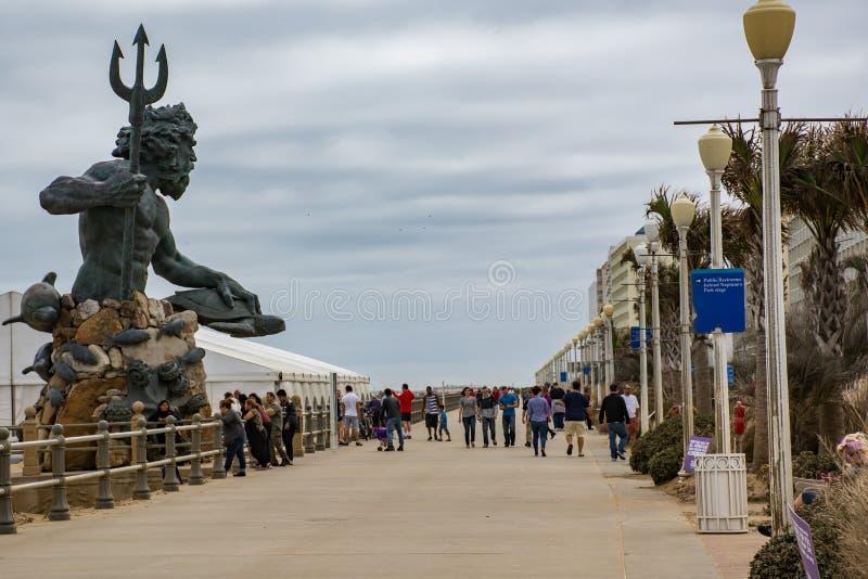 Statua królewiątko Neptune patrzeje out nad boardwalk na Virginia plaży obrazy royalty free