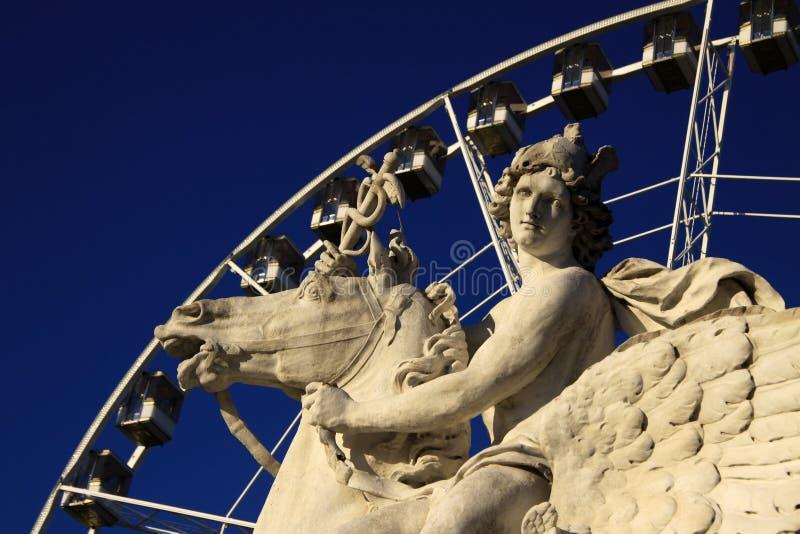 Statua królewiątko sława jeździecki pegaz na miejscu De Los angeles Concorde z ferris kołem, Paryż, Francja zdjęcia stock