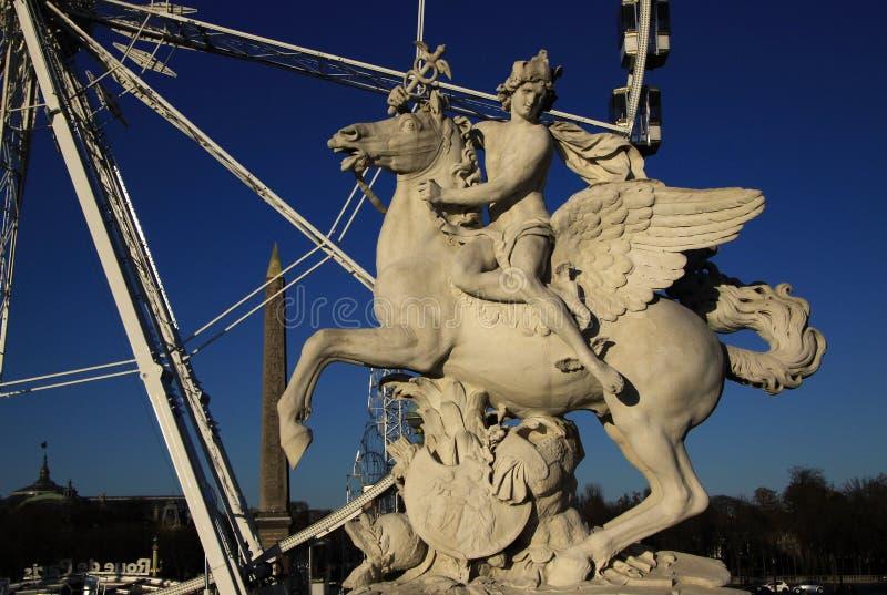 Statua królewiątko sława jeździecki pegaz na miejscu De Los angeles Concorde z ferris kołem przy tłem, Paryż, Francja fotografia royalty free