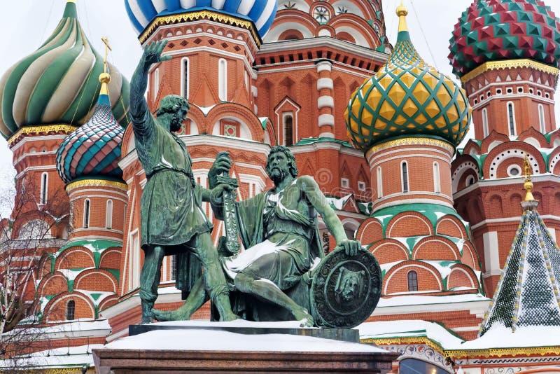 Statua Kuzma Minin, Dmitry Pozharsky i St basilu ` s Cathe obrazy stock