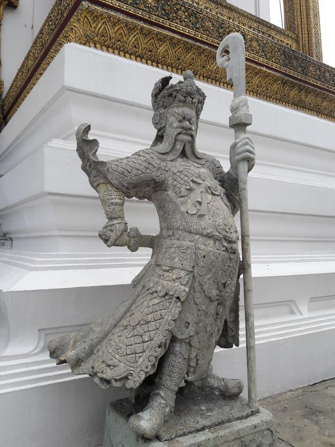 Statua l'uomo cinese con la lancia nel tempio di Emerald Buddh fotografia stock