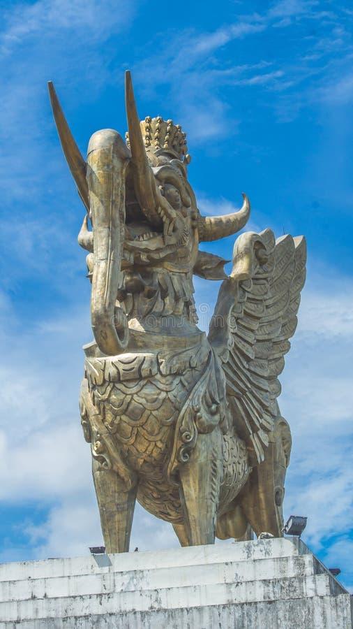 Statua Lembuswana w Pulau Kumala, mitologii zwierzę od Indonezja, z niebieskim niebem jako tło zdjęcia stock