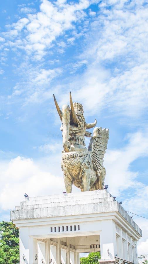 Statua Lembuswana w Pulau Kumala, mitologii zwierzę od Indonezja, z niebieskim niebem jako tło zdjęcie stock