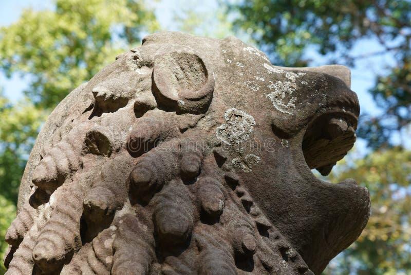 Statua lew przy Prasat Tao w Sambor Prei Kuk w Kambodża zdjęcie royalty free