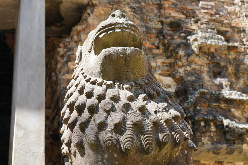 Statua lew przy Prasat Tao w Sambor Prei Kuk w Kambodża obraz royalty free