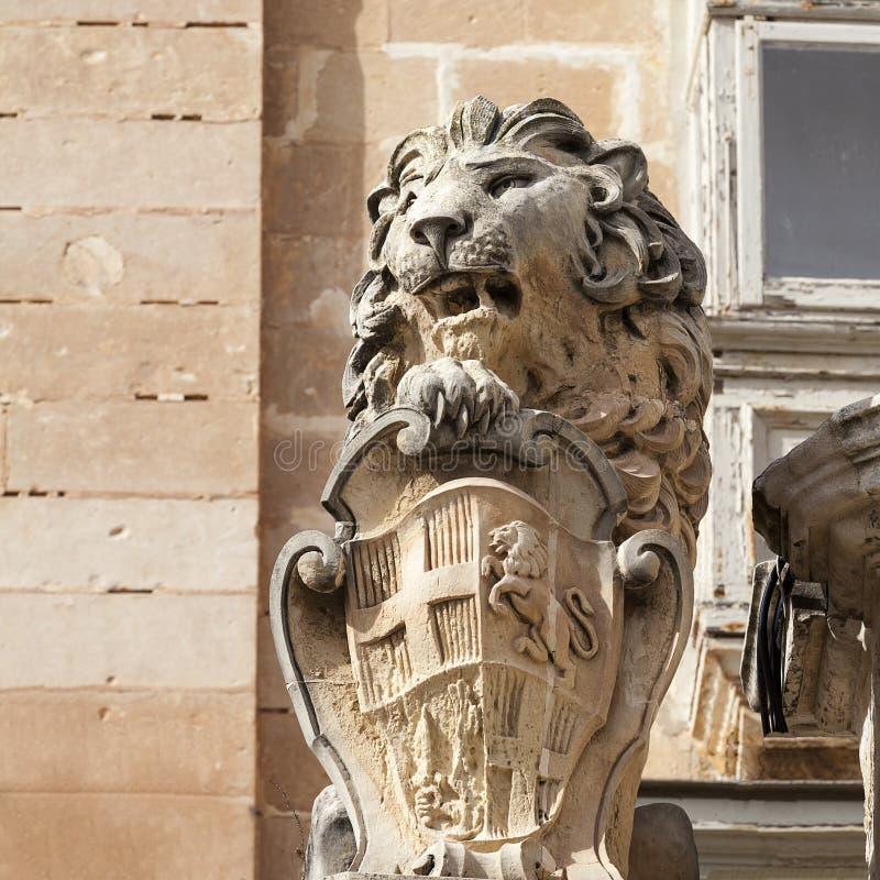Statua lew z symbolem Mata ic stolica Valletta obraz stock