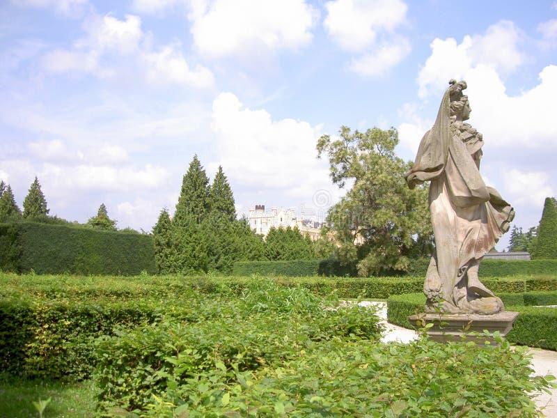Statua mężczyzna w grodowym parku w tła Lednice kasztelu lub kobieta, republika czech zdjęcia royalty free