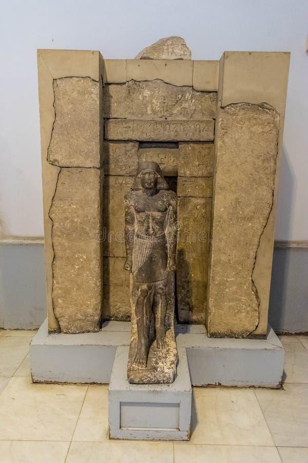 Statua mężczyzna przy wejściem świątynia obraz stock
