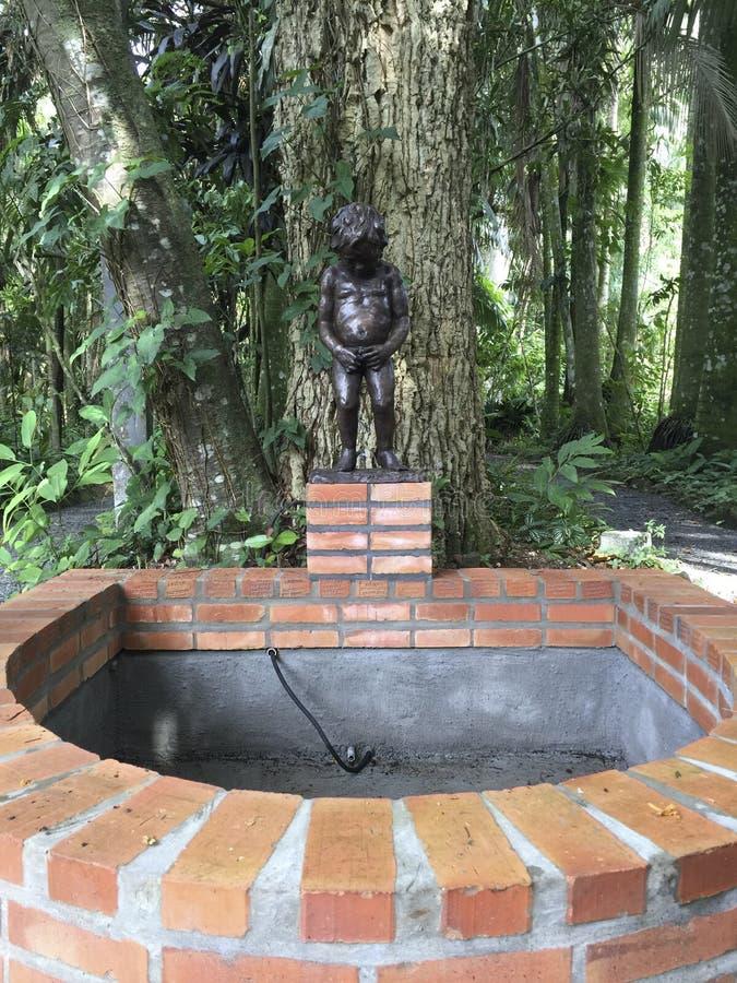 Statua młodej chłopiec urinating fontanna w Blumenau, Brazylia zdjęcia stock