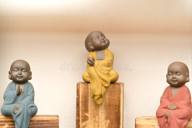 Statua mały michaelita z kolorowym smokingowym obsiadaniem na drewnianym pudełku zdjęcia royalty free
