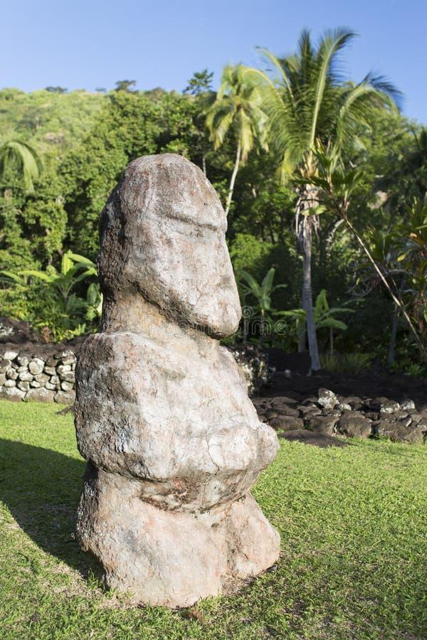 Statua a Marae Arahurahu, Pa'ea, Tahiti, Polinesia francese fotografia stock libera da diritti