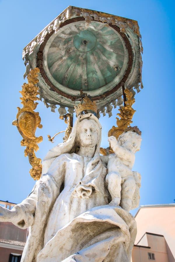 Statua maryja dziewica w bielu kamieniu z dzieckiem Jesus obrazy royalty free