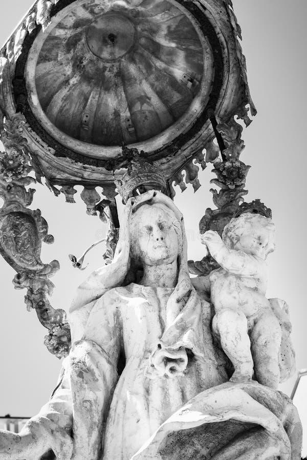 Statua maryja dziewica w bielu kamieniu z dzieckiem Jesus zdjęcie royalty free