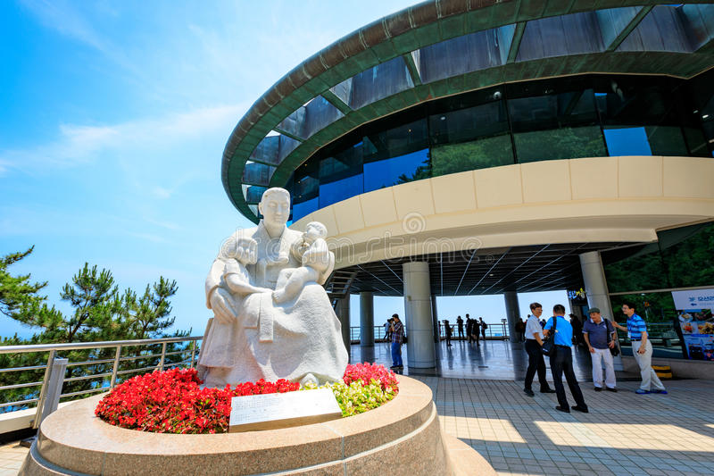 Statua matka i dzieci przed Taejongdae obserwatorium zdjęcie stock
