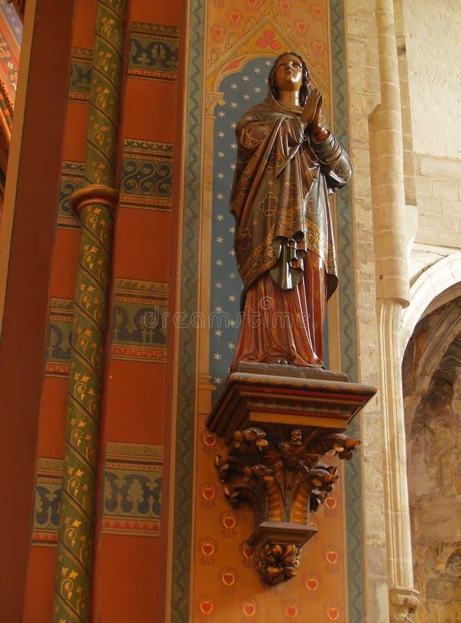 Statua medioevale verniciata di legno del san. immagini stock