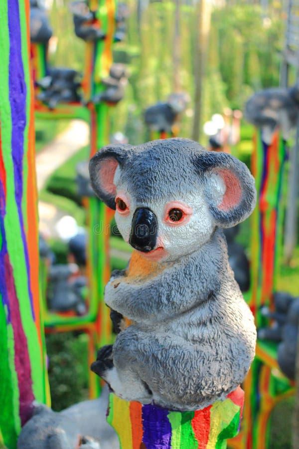 Statua metallica della koala in giardino immagine stock libera da diritti