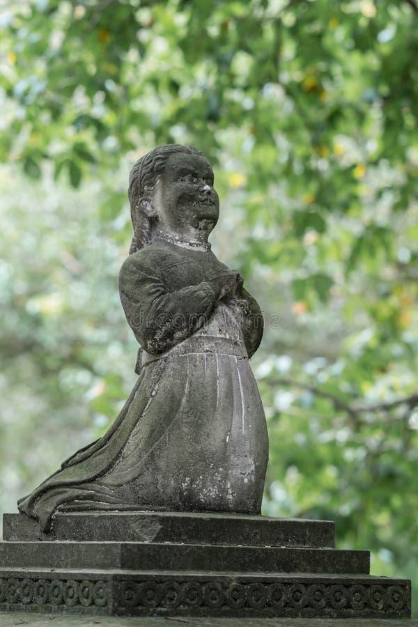 Statua modlenie dziewczyna przy Symonds Ulicznym cmentarzem, Auckland obraz royalty free