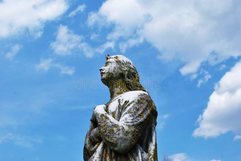Statua molto vecchia in un cimitero fotografie stock