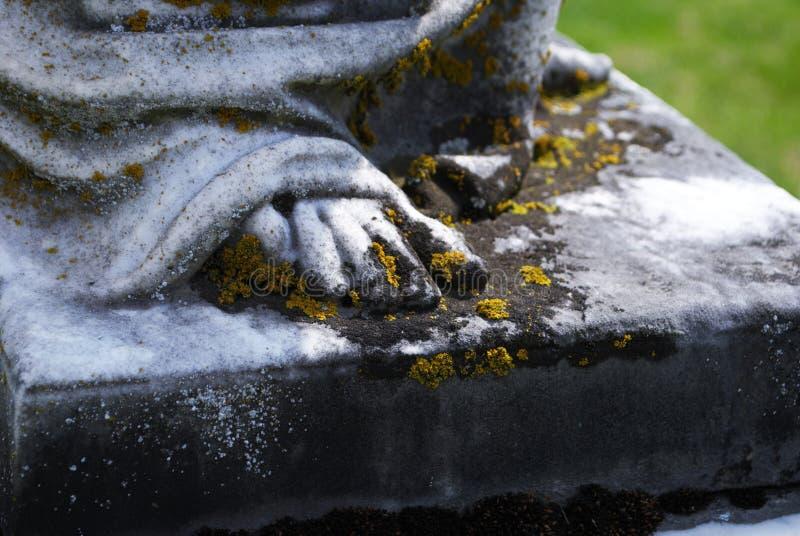 Statua molto vecchia in un cimitero immagini stock libere da diritti