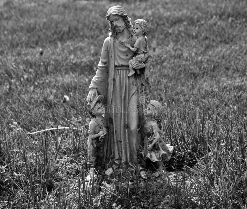 Statua molto vecchia in un cimitero fotografia stock