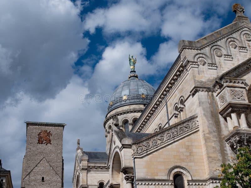 Statua nad bazylika święty Martin w wycieczkach turysycznych, Francja zdjęcie royalty free