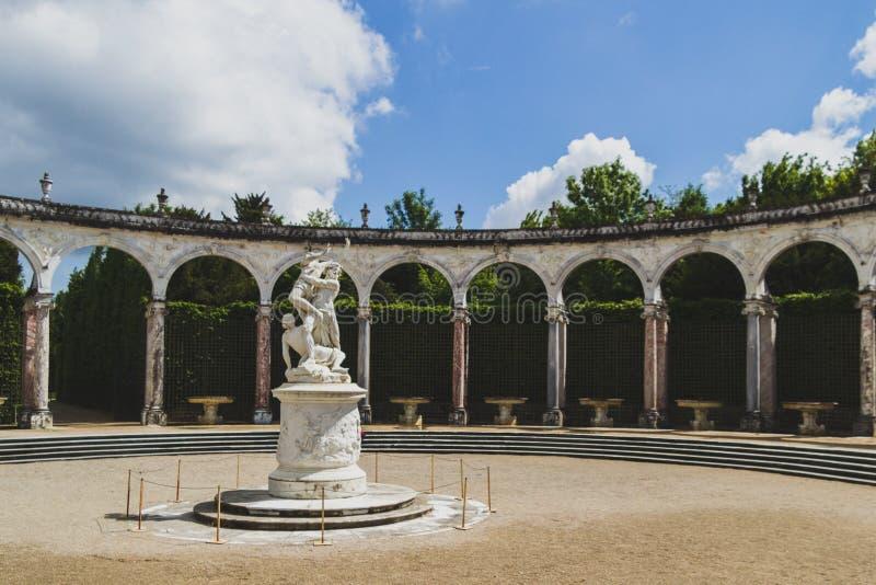 Statua nel giardino del palazzo di Versailles, vicino a Parigi, la Francia immagine stock