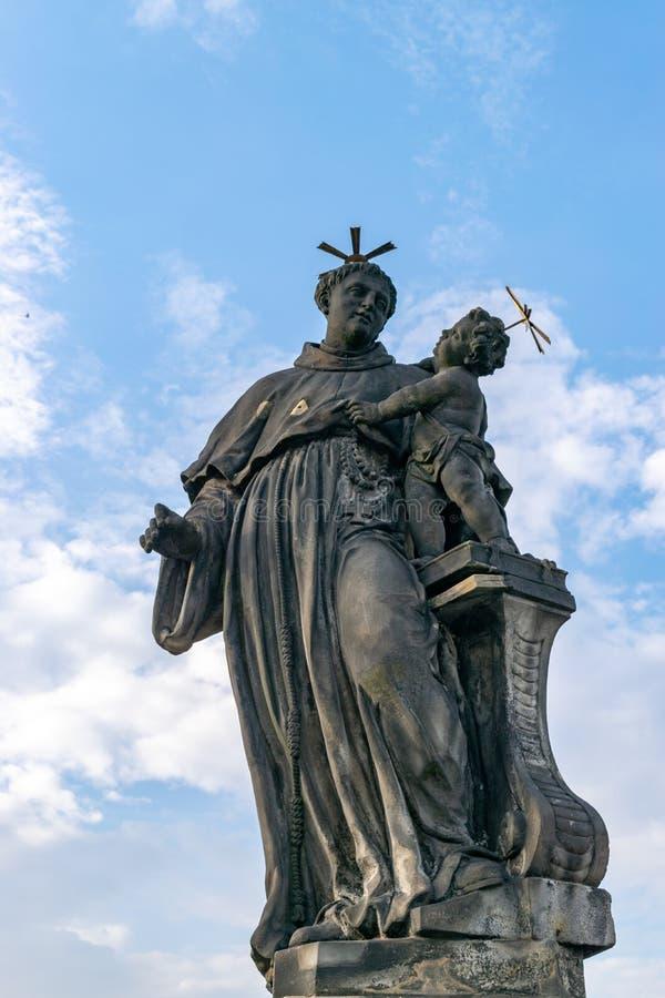Statua nel ponte di Charles a Praga immagini stock libere da diritti