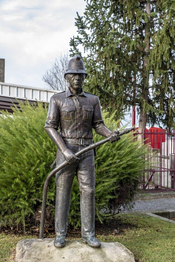 Statua nel tributo al vigile del fuoco in Melgaco immagini stock libere da diritti