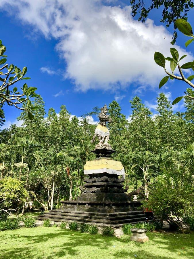 Statua nella foto della foresta pluviale immagini stock libere da diritti