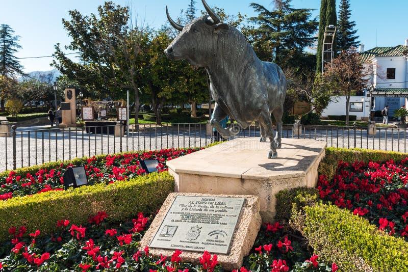 Statua nera del toro fuori dell'arena di combattimento di toro di Ronda fotografia stock libera da diritti