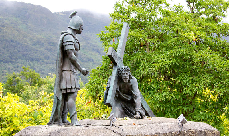 Statua niesie krzyż Chrystus obraz stock