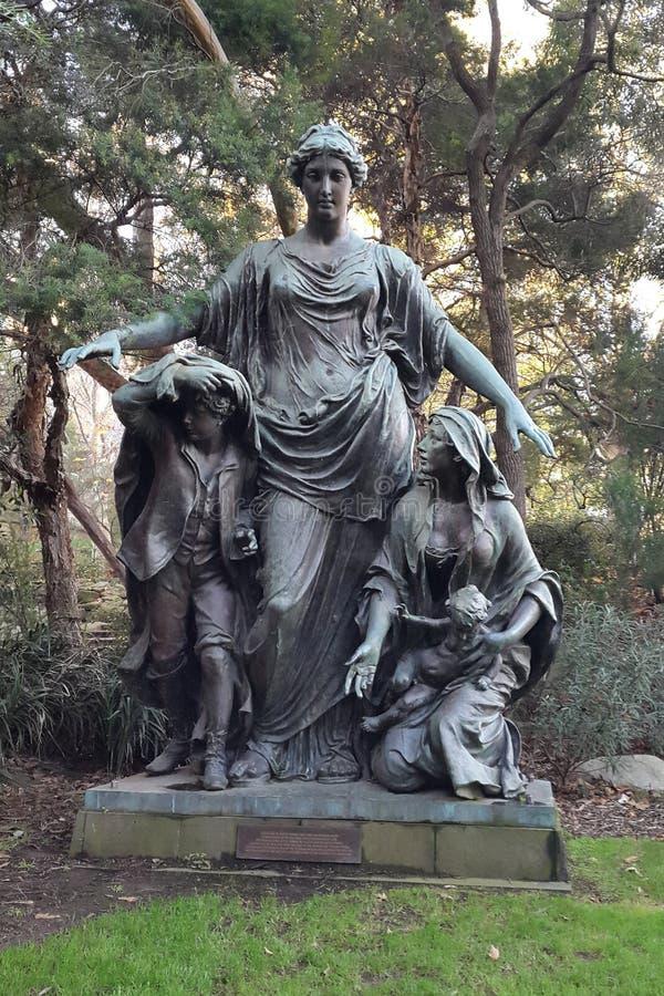 Statua ochrania jej dzieci matka zdjęcie royalty free