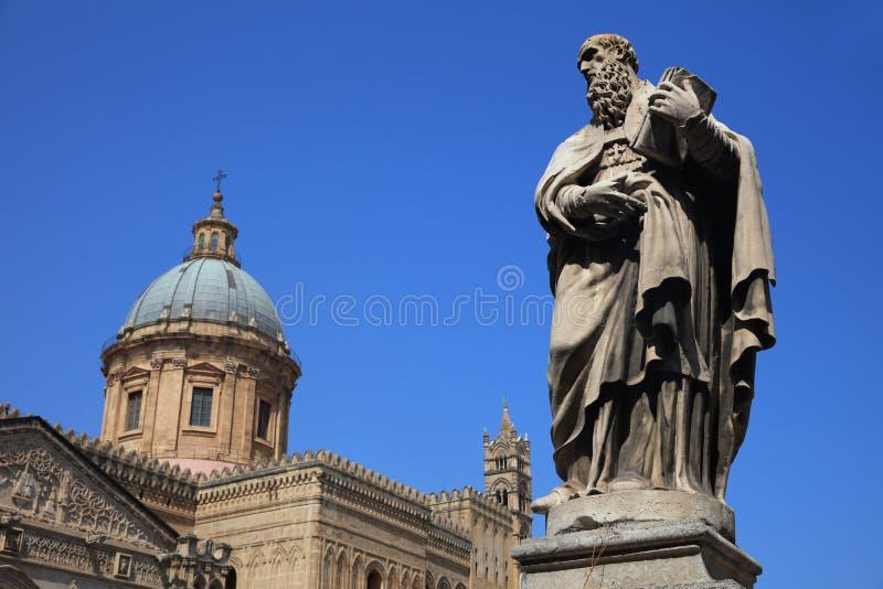 Statua patron Ambrosius przed Palermo katedrą sicily W?ochy fotografia stock