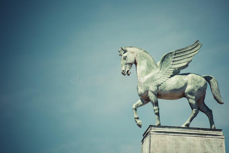 Statua Pegasus na dachu opera w Poznan Poland zdjęcia royalty free