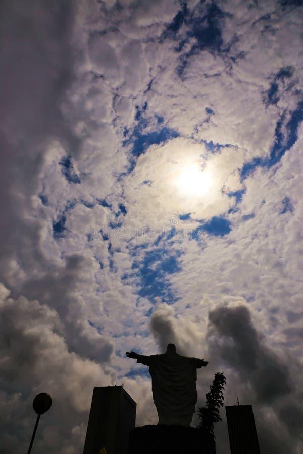 Statua pod pogodnym niebem z białymi chmurami obraz stock