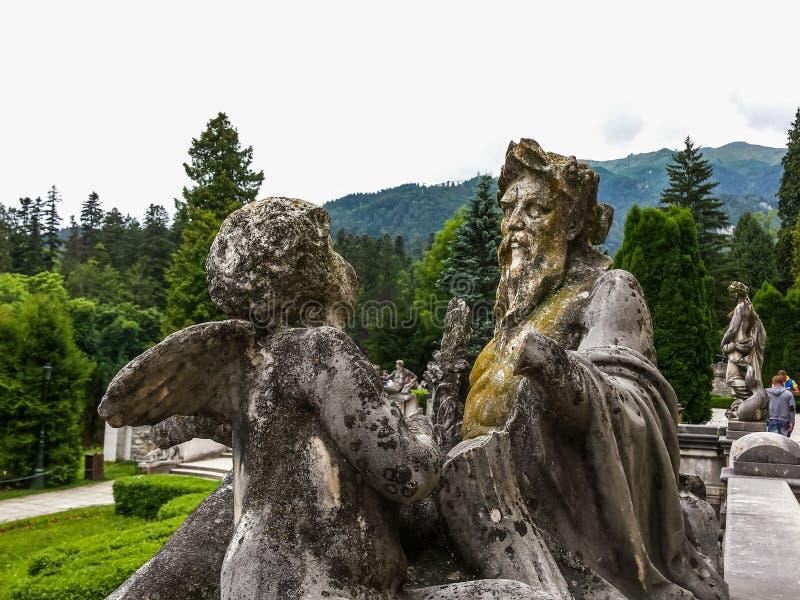 Statua przed Peles kasztelem fotografia royalty free