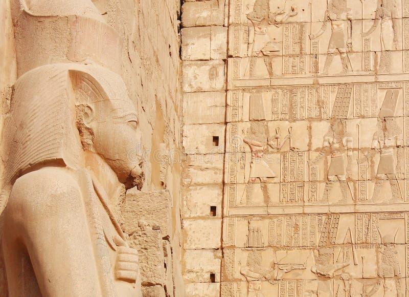 Statua Ramses II przeciw pisaniom i stare ruiny Karnak świątynia na tle, Luxor obrazy stock