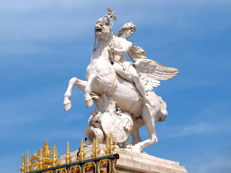 Statua Renommee i złoci wrota obraz stock