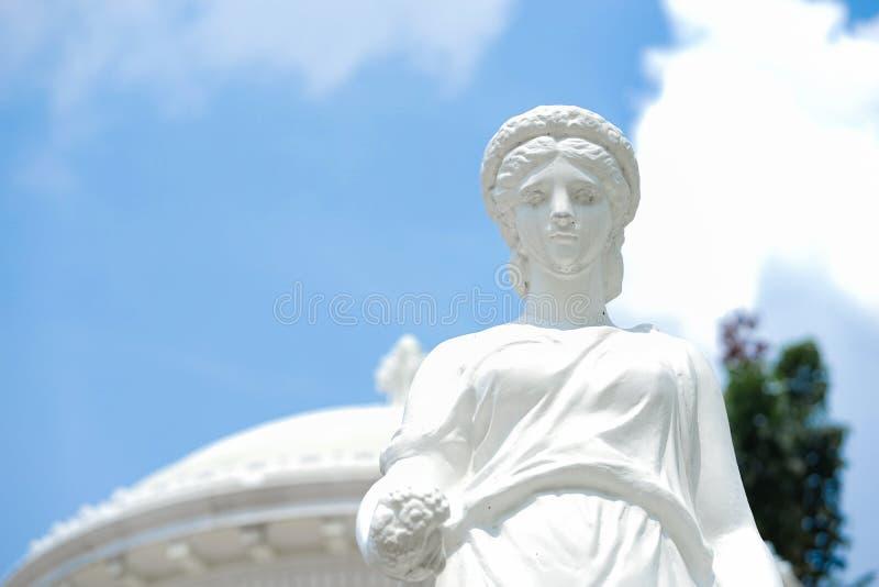 Statua romana Un dettaglio alto chiuso di una statua romana di signora contro immagine stock
