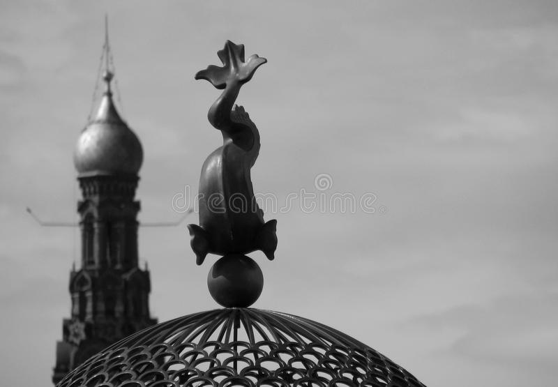 Statua ryba i kościół w Kazan Rosja zdjęcia royalty free