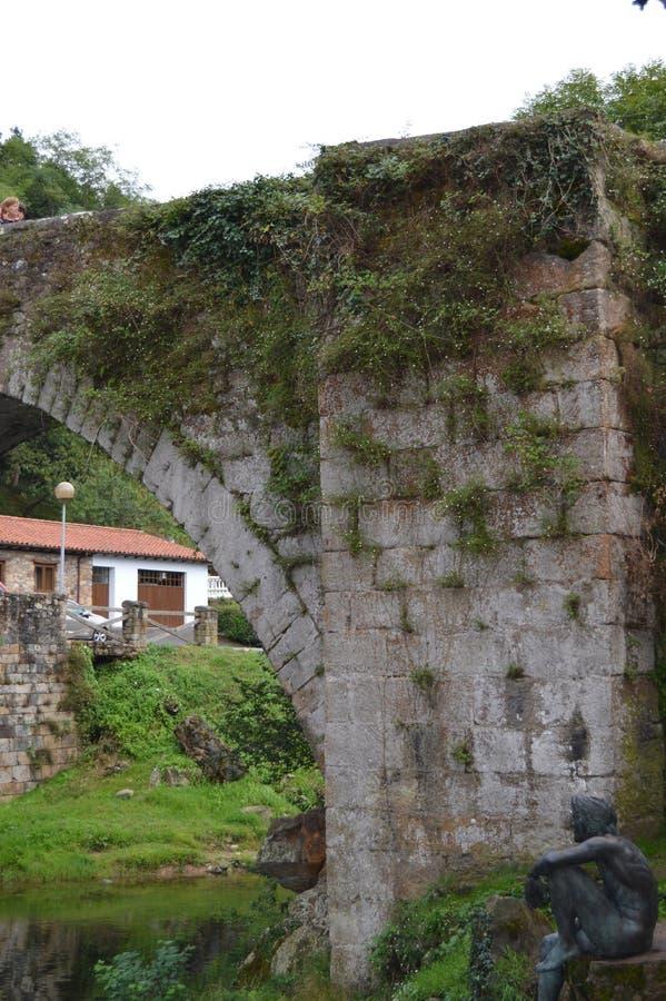 Statua Rybi mężczyzna Obok Uroczego rzymianina mostu W Lierganes Sierpie? 24, 2013 Lierganes, Cantabria Urlopowa natury ulica obraz stock