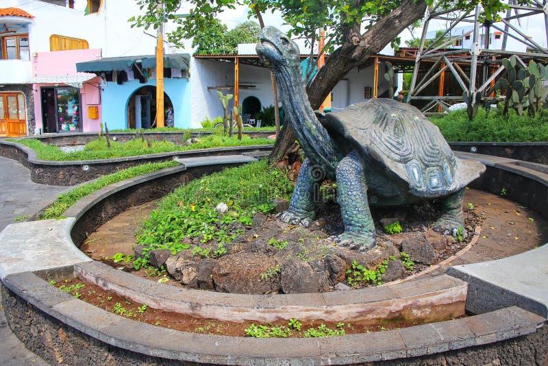 Statua saddleback gigantyczny tortoise w Puerto Ayora na Santa Cru fotografia royalty free