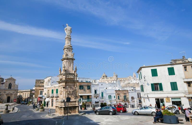 Statua San Oronzo w centrum Ostuni, Puglia, Włochy obraz stock