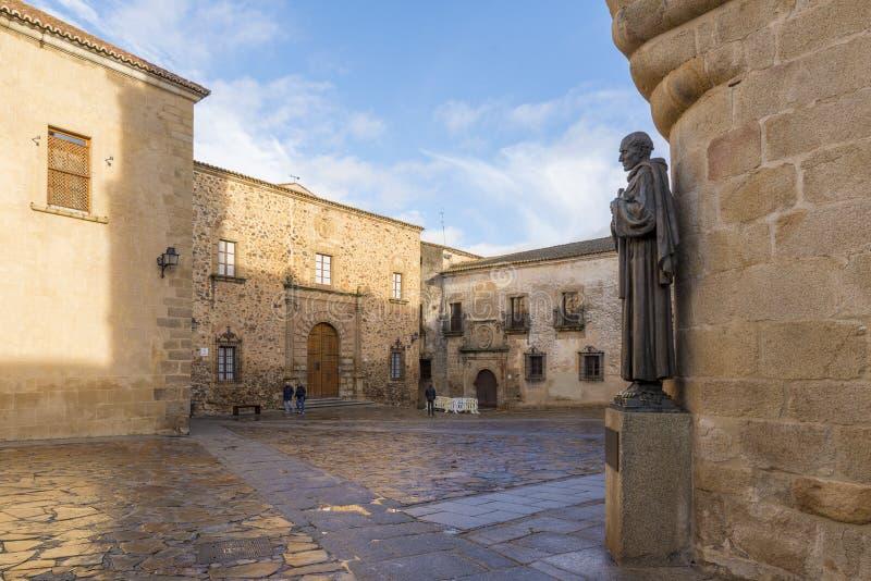 Statua San Pedro De Alcantara lokalizować obok Katedralny wierza fotografia stock