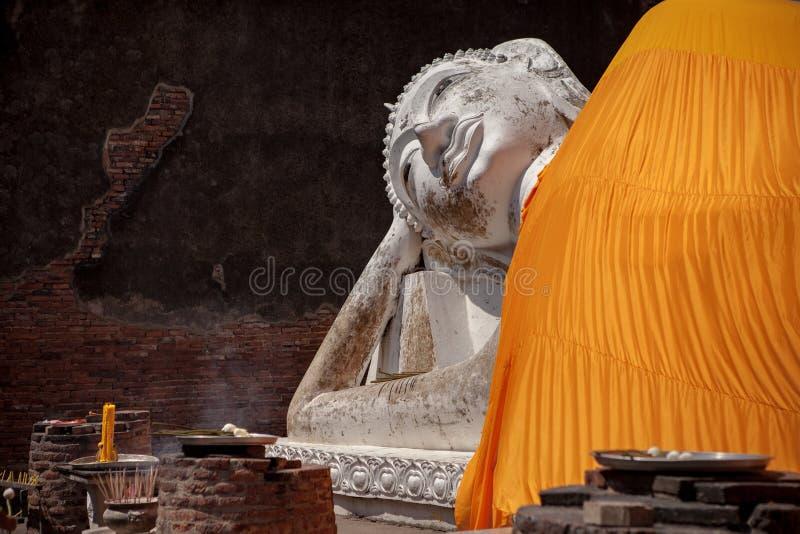Statua sleepiing bianca di Buddha in wor di ayuttaya di chaimonkol di yai del wat fotografie stock libere da diritti